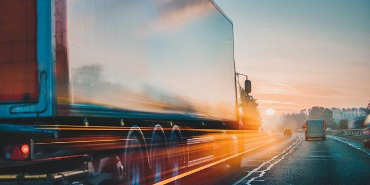 Jakie są różnice między transportem a spedycją?